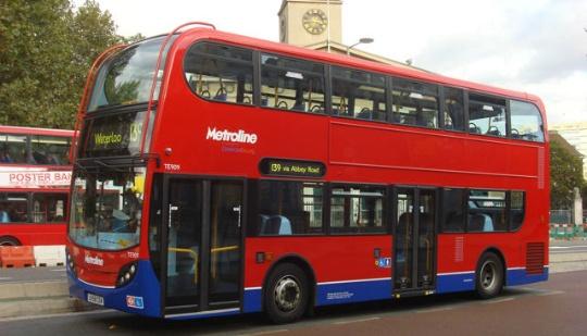 Londres comienza a probar tecnología de recarga inalámbrica en buses